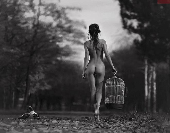 Resultado de imagen de Mujer desnuda bajo la lluvia